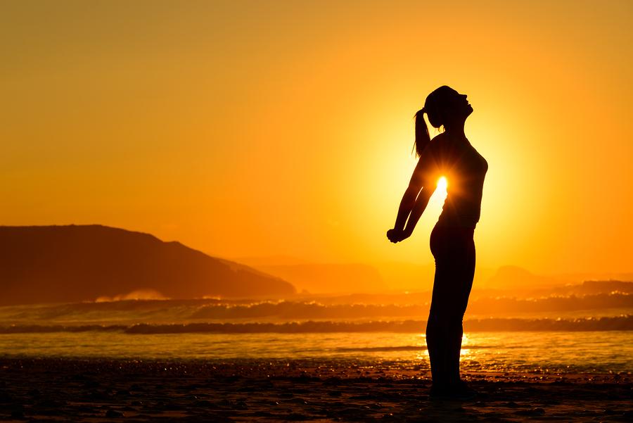 超・夕日・女Relaxing Exercises On Beach At Sunset