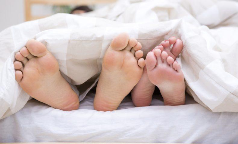 ベッドで並んだ足