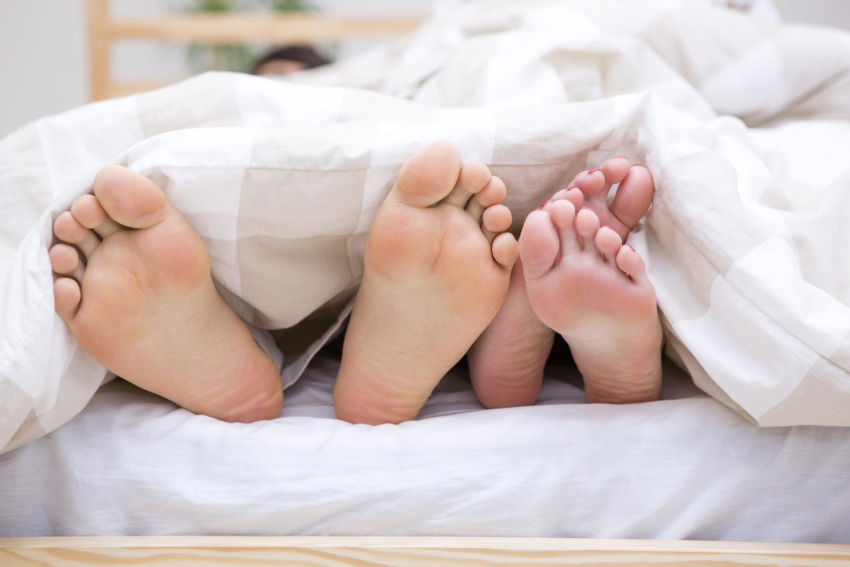愛・ベッドで並んだ足