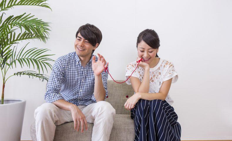 赤い糸で繋がれた男女
