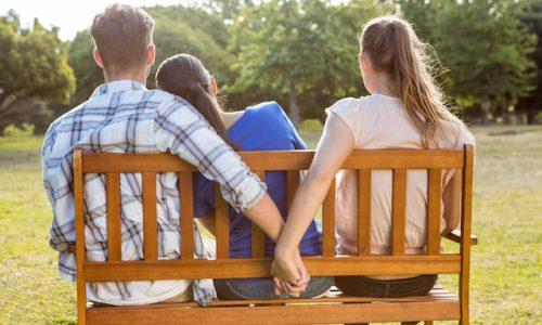 愛・Man being unfaithful in the park on a sunny day