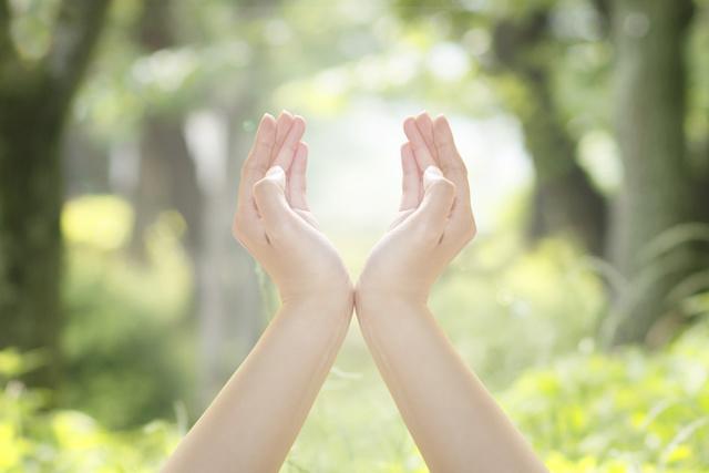 超・光を包み込むような手