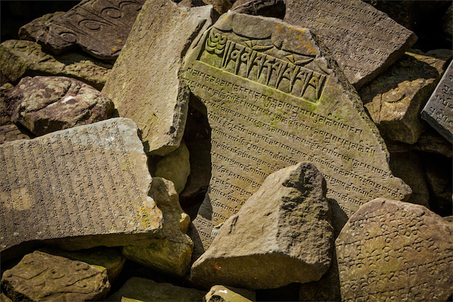 石・遺跡Buddhist prayer mantras