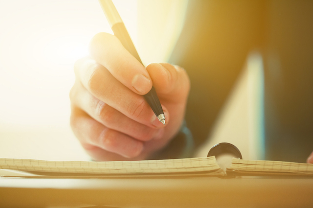 物・ノートとペンfemale hands with pen writing on notebook