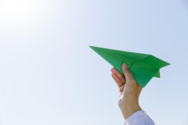緑の紙飛行機