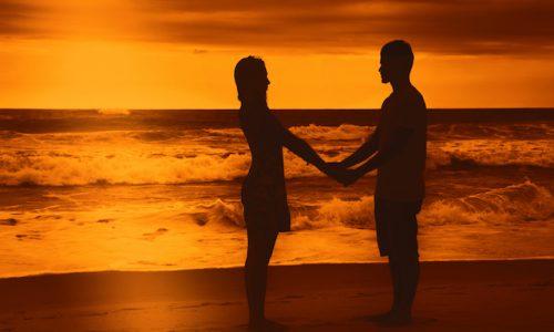 愛・Junges Liebespaar am Strand bei Sonnenuntergang
