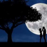 愛・Guy kiss girl hand on full moon silhouette background