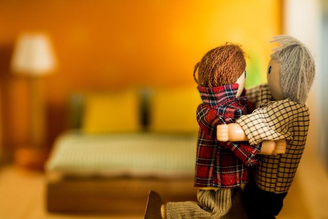 物・抱き合う人形schwules Paar umarmt sich im Schlafzimmer