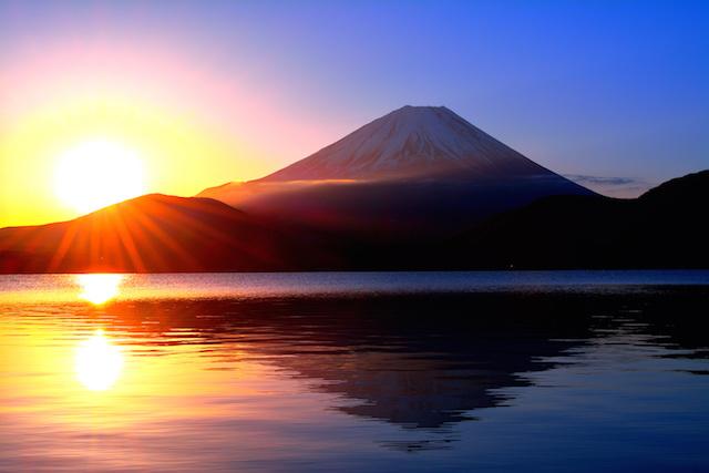 自然・本栖湖からの日の出の太陽と逆さ富士山