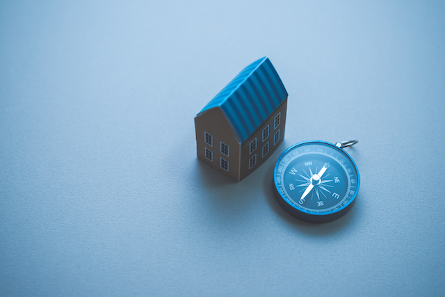 方位磁針と家