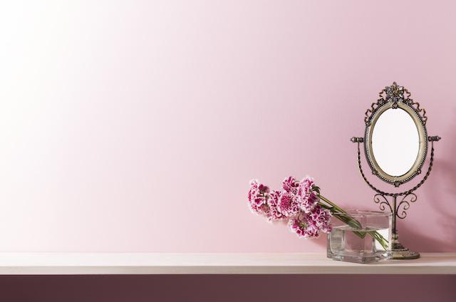 ピンクの壁と棚の室内イメージ
