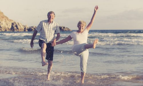 愛・老夫婦lovely senior mature couple on their 60s or 70s retired walking happy and relaxed on beach sea shore in romantic aging together