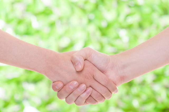 現象・握手,緑色の背景