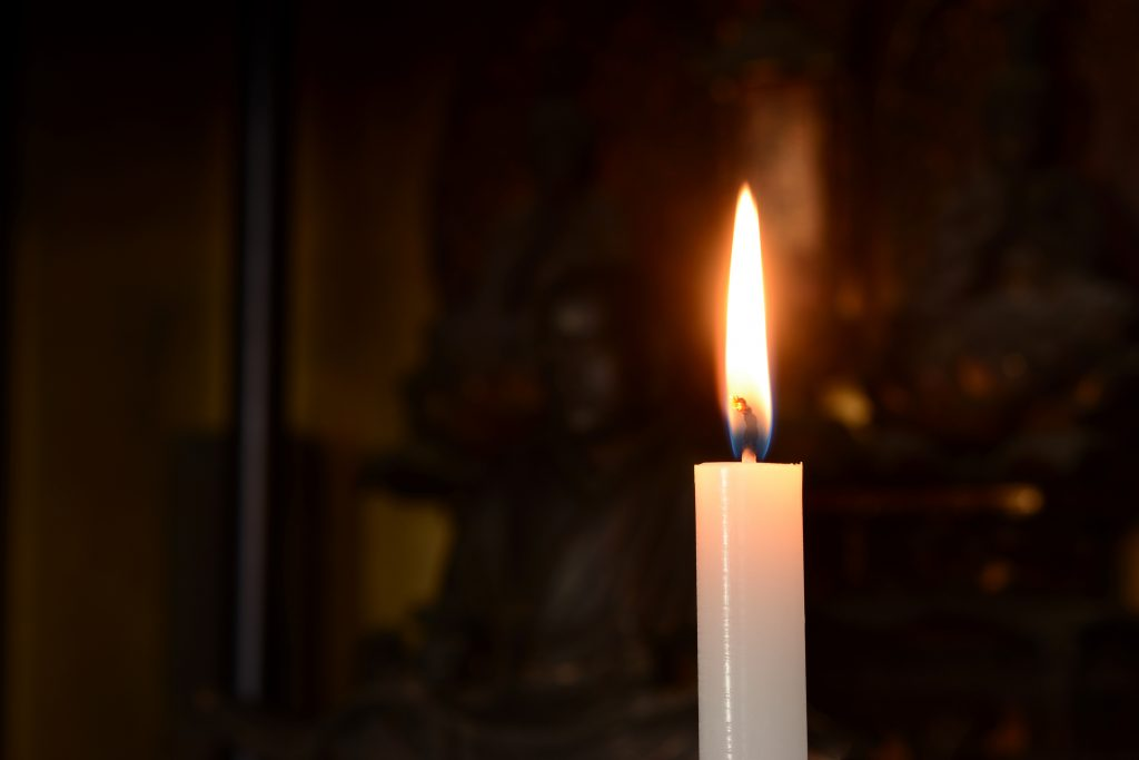 ロウソクの炎 仏壇背景