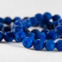 石・ラピスラズリBeads from blue lazurite stone isolated