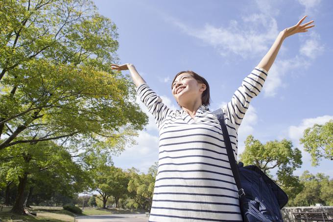 爽やかな屋外で笑顔の女性
