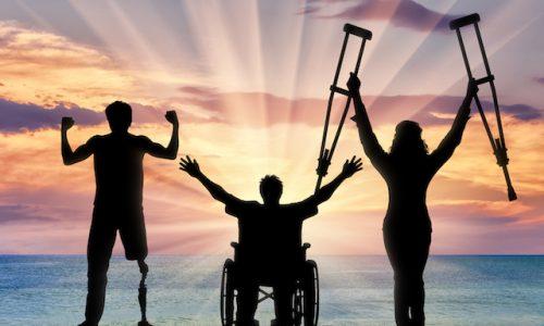現象・障碍者、乗り越えるHappy three disabled and sea sunset