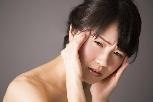 悩む女性、頭痛