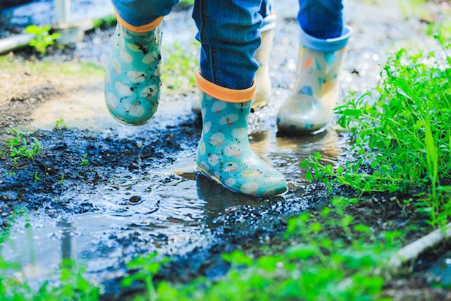 子供の長靴と泥