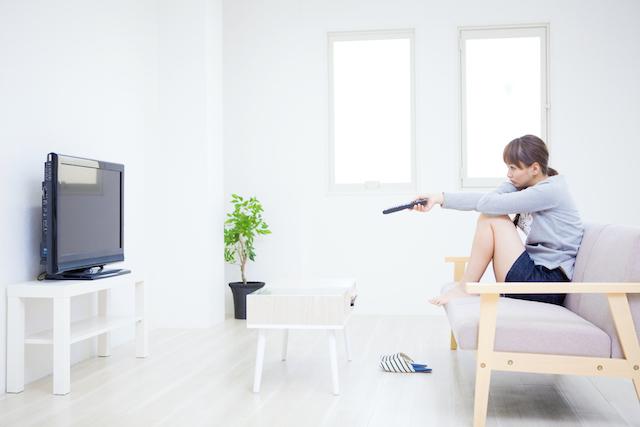 現象・テレビを見る女性