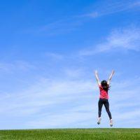 喜ぶ女性、ジャンプ