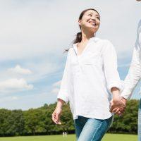恋人と手をつなぐ女性