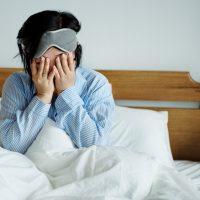 悪夢に苛まれる女性