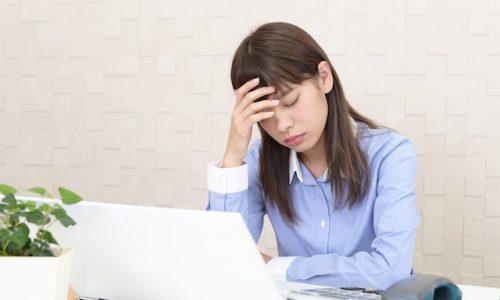 仕事でストレスを抱える日本人女性