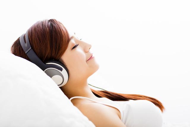 音楽を聞く日本人女性