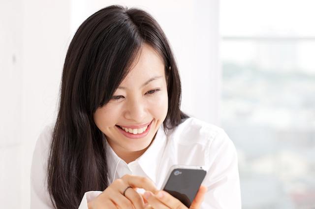 メールをする女性