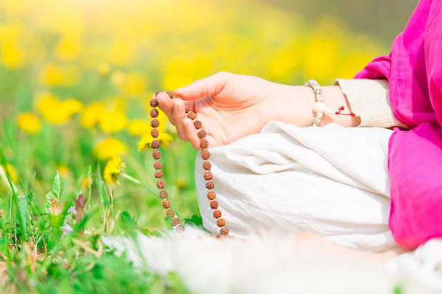数珠を持つ女性