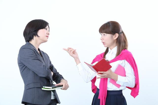 対立する2名の女性