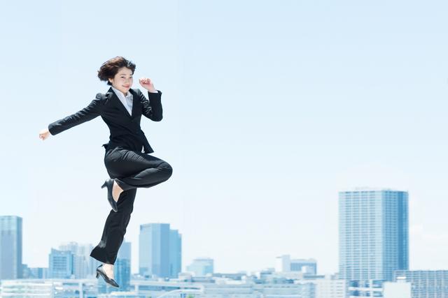 大きくジャンプする女性