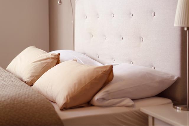 ベージュの枕カバー