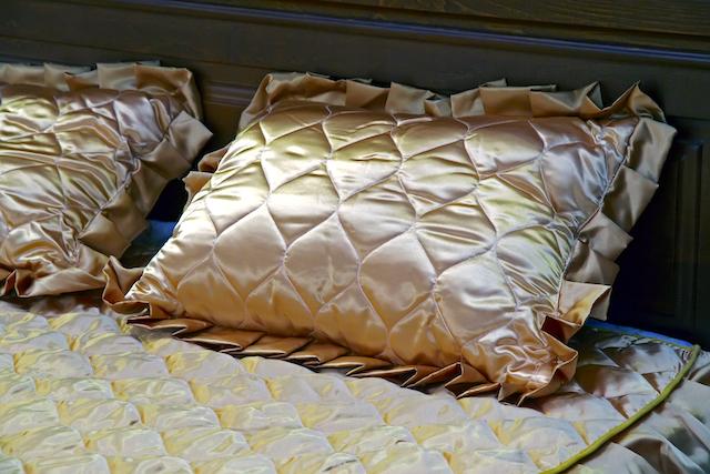 ゴールドの枕カバー