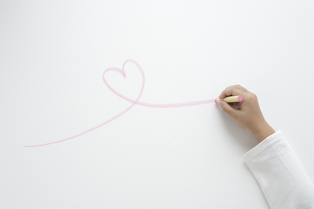 白い紙とピンクのクレヨン