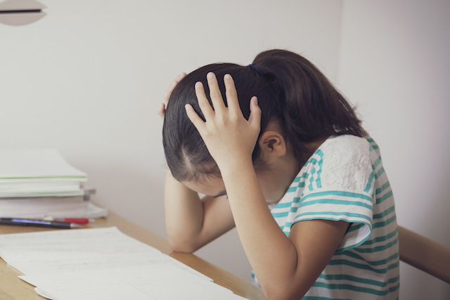 頭を抱える少女