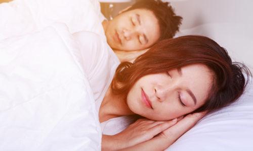 仲良く眠る夫婦