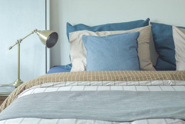 ベッドと青いクッション