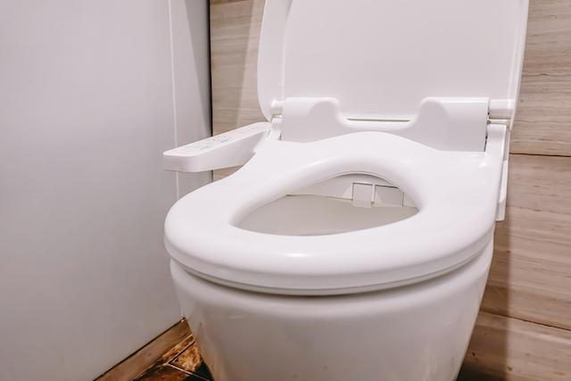 木目調の壁紙のトイレ