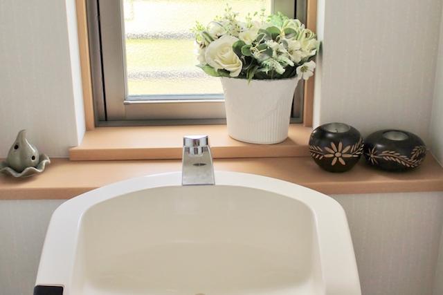 和風な置物のあるトイレ
