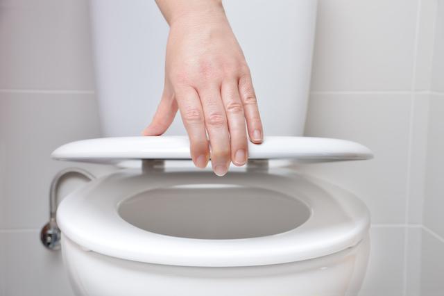 トイレの蓋を閉める