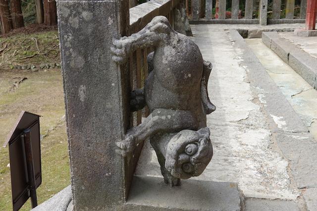 岩木山神社の下向きの狛犬