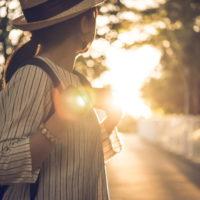 陽の光を見つめる女性