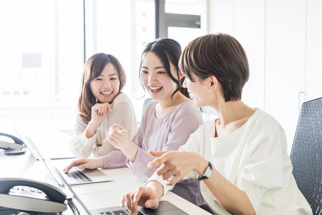 談笑する3人組の女性