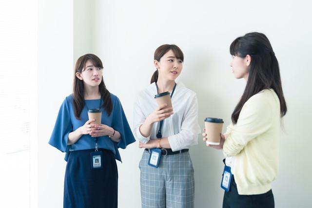 休憩する3人組の女性