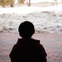 雪と子供のシルエット
