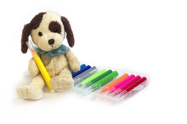 ペンと犬のぬいぐるみ