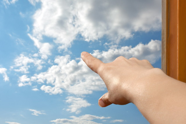 空に向かって指を差す手