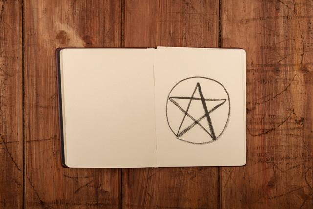五芒星が書かれたノート
